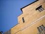 青空によく映える、素をコンセプトにした現代建築の宿。全8室はそれぞれ異なる趣