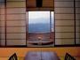 流星の客室。露天風呂からは雄大な奥阿賀の絶景を一望。