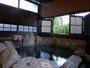 【客室半露天:泉水】新緑を見ながら入る客室の半露天風呂