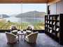 大きな窓から浜名湖を望むトラベルライブラリー。珈琲を片手にゆっくり。