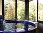 二階は絶景バスルーム。信楽焼のバスタブで源泉掛け流しのプライベート温泉(二階建の棟)