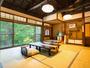 半露天風呂付き客室(国時)深山清流が眺められる二間+談話室のついた広い特別室。マッサージチェア付き。