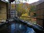 紅葉の深山清流を望む絶景貸切露天風呂。4-5人でも悠々の大きさです。