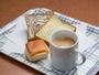 『パンとコーヒー』を軽朝食として無料で提供しております。